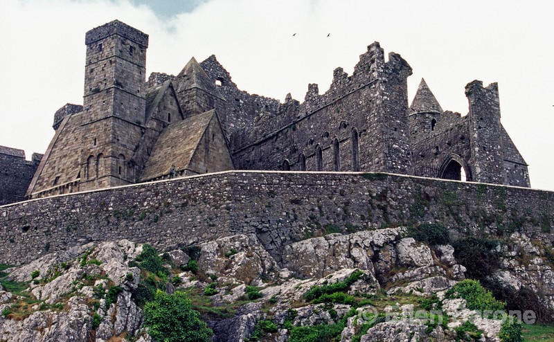 The Rock of Cashel with its dramatic medieval buildings rises steeply above the fertile plain of the River Suir, Cashel, County Tipperary, Ireland.