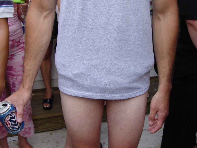 This guy's 'no pants' illusion captivated the ladies.