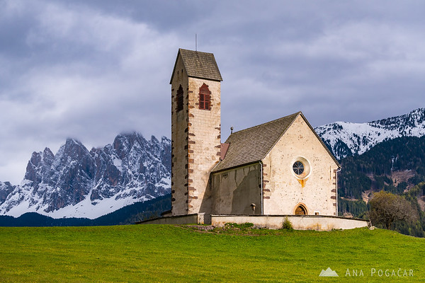 San Giacomo church and the Odle range in Val di Funes