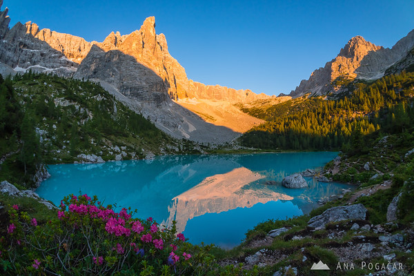 First sun rays hitting the peaks above Lago di Sorapiss