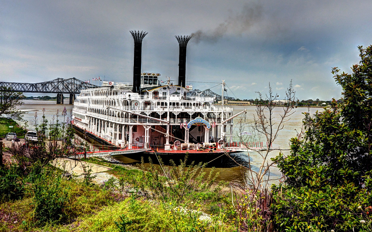 Before we left Natchez, no trip to southern Mississippi would be complete without the sighting of a Mississippi river boat...in this case, the American Queen.