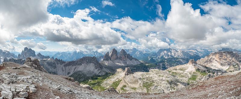 Panorama von der Schusterplatte aus gesehen: 12er-Kogel, Paternkofel, Drei Zinnen, Monte Cristallo ...