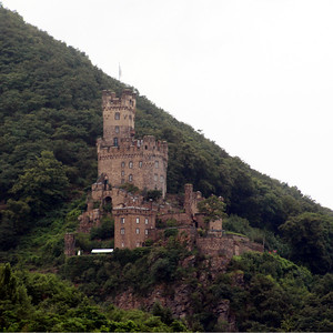 Sooneck Castle (also known as Saneck or Sonneck),  is located near the village of Niederheimbach and dates to 1271 or earlier