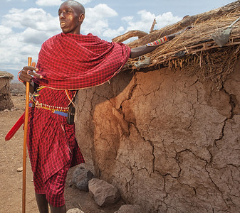The chrief's son showing us a masai house made from cow dung and acacia branches.