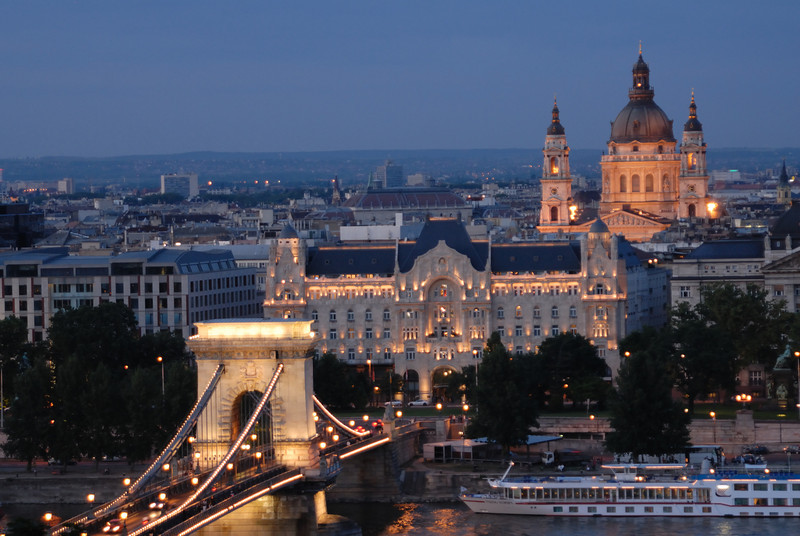 Sze'chenyi La'nchi'd with Szent Istva'n-bazilika: Chain Bridge and St Stephen's Basilica at night from the top of Buda Hill at the Buda Castle.