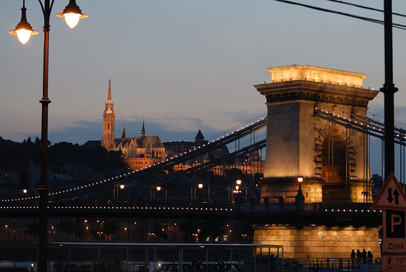 Sze'chenyi La'nchi'd and Ma'tya's-templon: Chain Bridge at dusk looking at Matthias' Church in the distance