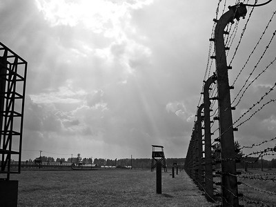 Það skall á hellidemba (þó nokkrar reyndar)  á meðan við vorum að skoða búðirnar og í einni gusunni keyrði Bob okkur eftir endilöngum Birkenau búðunum (Auschwitz II) og þær eru gríðarlega stórar, enda voru um 100.000 fangar þegar mest var.