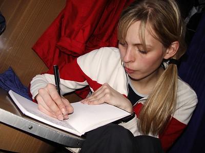 Sonja að skrifa ferðasöguna í dagbókina sína.
