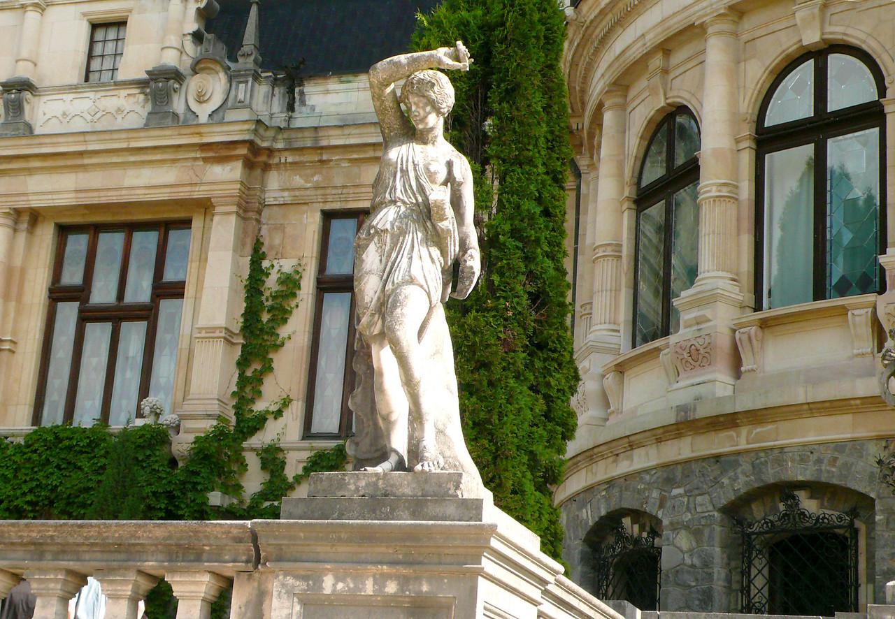 Statue at Pele Castle