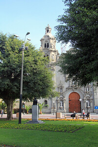 A view of the Iglesia de la Virgin Milagrosa as seen from Parque Kennedy in the heart of the Miraflores section, a few blocks from our hotel.