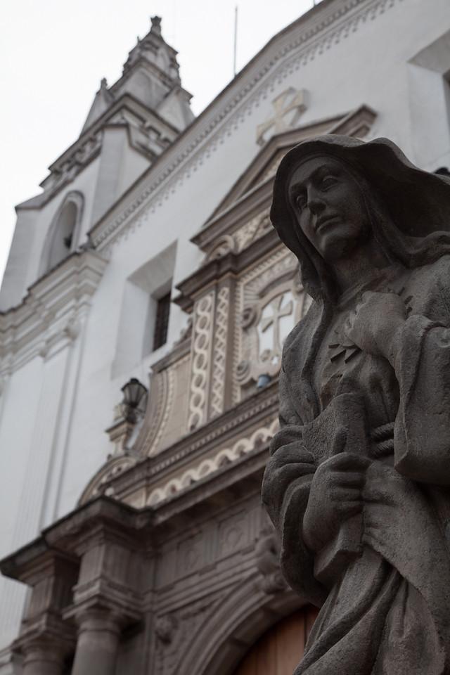 Statue and church entrance at the Monasterio de Carmen Alto.
