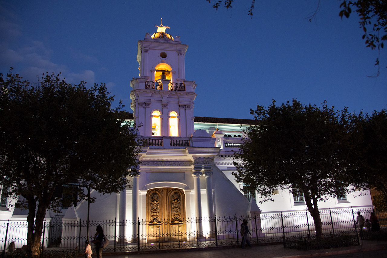 A night view of the old cathedral beside Calderón park.