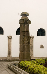 This is a pillar which has been used to hang wrongdoers in an early era (placed in the courtyard of the Museum)