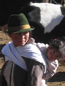 Typisch Zuid-Amerikaans moeder met kind tafereel. Otavalo, Ecuador.