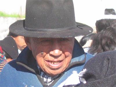 Een Otavaleño op de veemarkt. Otavalo, Ecuador.