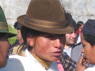 Een Otavaleña in onderhandeling. Otavalo, Ecuador.