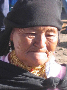 Een met sieraden bedekte Otavaleña. Otavalo, Ecuador.
