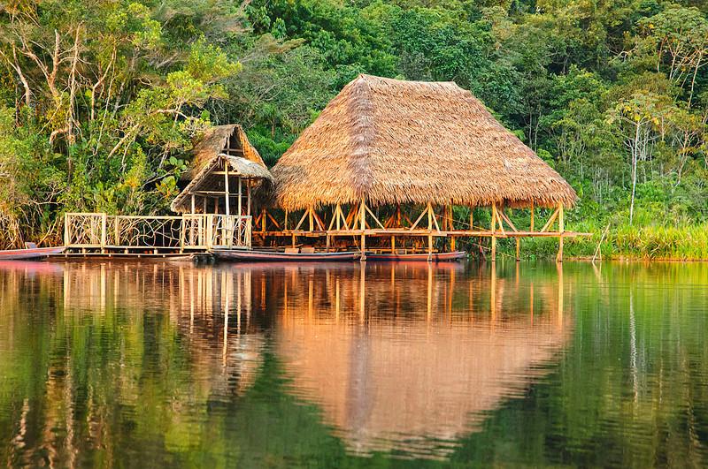 Embarcadero de la comunidad indígena kichwa de Sani Isla en la laguna Challuacocha (Ecuador).
