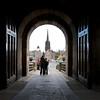 Vista desde la puerta del castillo a la explanada. Despues del 638 DC Din Eidyn fue tomada por los Anglos y el lugar parece haber tomado el nombre ingles de Edinburgh y se ha mantenido asi desde entonces.