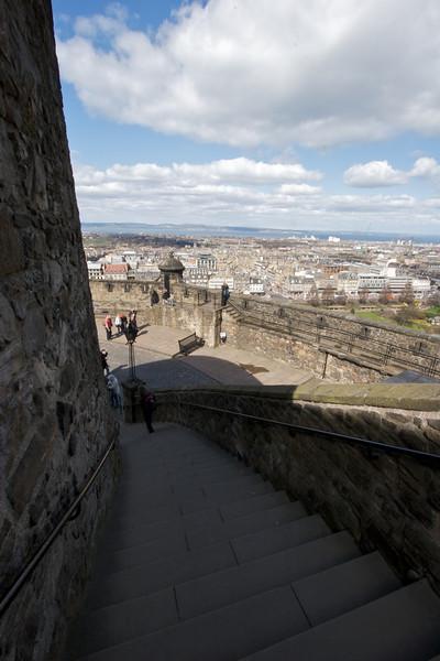 Con el tiempo la gente comezo a cuestionarse si los Honores de Escocia como eran conocidos la corona, espada y cetro, habian sobrevivido. En Febrero de 1818 Sir Walter Scott, con permiso del Principe, entro en la habitacion donde se encontraban los Honores de Escocia y los encontro dentro del cofre cubierto con telas tal cual habian sido dejados. Fueron puestos a la vista en el cuarto donde fueron descubiertos y de esta manera comieza el nuevo rol del Castillo de Edimburgo como atraccion turistica de Escocia.