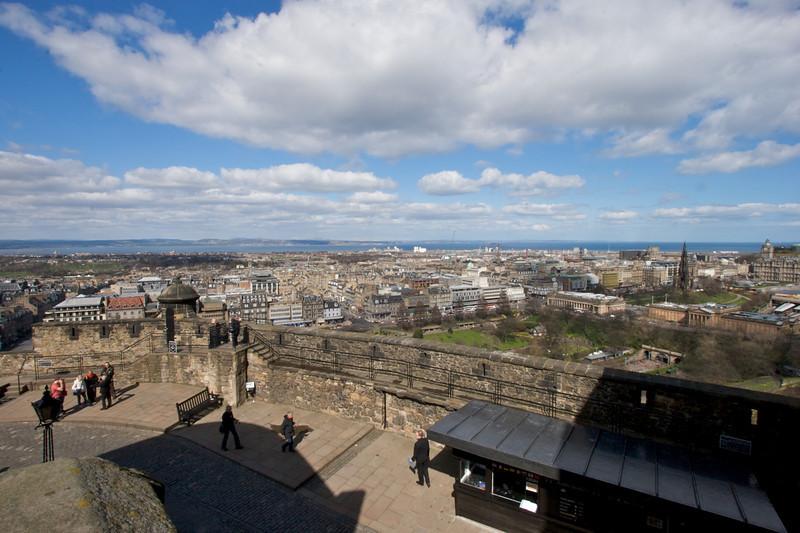El 19 de Marzo de 1707 el parlamentp paso el acta de unificacion de Escocia e Inglaterra. Cuando el acta se aprobo, la corona, la espada y el cetro fueron traidos de nuevo al Castillo de Edimburgo y guardados bajo llave.