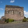 Esta pequena capilla construida en la cumbre del castillo fue dedicada a Queen Margaret la mujer de Malcom III. Fue construida por King David I en honor a su madre en 1124.