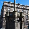 Mercat Cross fue el lugar de reunion central cuando proclamaciones Reales u otros anunciones oficiales eran leidos. Todavia existe una parte de la Cruz Mercat del siglo XIV construida en la columna de la Cruz Mercat actual de 1885.