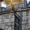 Gladstone's Land fue comprada por Thomas Gledstanes en 1617 (aunque fue construida en el siglo anterior) y era una casa tipica de sus tiempos. En 1934 fue condenada a ser derrumbada pero fue rescatada por el National Trust for Scotland que la restauro y hoy en dia muestra como era la vida en el siglo XVII con sus chimeneas abiertas, sin agua corriente y llena de muebles de la epoca.