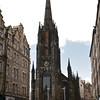 Tolbooth Kirk fue originariamente construida para la congregacion de  Tolbooth y la asamblea general de la Iglesia de Escocia. Este edificio gotico con su torre octagonal, es hoy donde funciona el Festival de Edimburgo donde se consiguen tickets para todos los shows. Es la Iglesia mas alta de la ciudad.