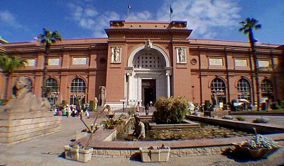 h) After Giza, we visit the Cairo Museum. We have an egyptologist withe us and I spend some time discussing some of the hieroglyphs. We had some disagreements on the pronunciation of ancient egyptian, but then again there are no set rules for the pronunciation of ancient egyptian. This information was lost in time