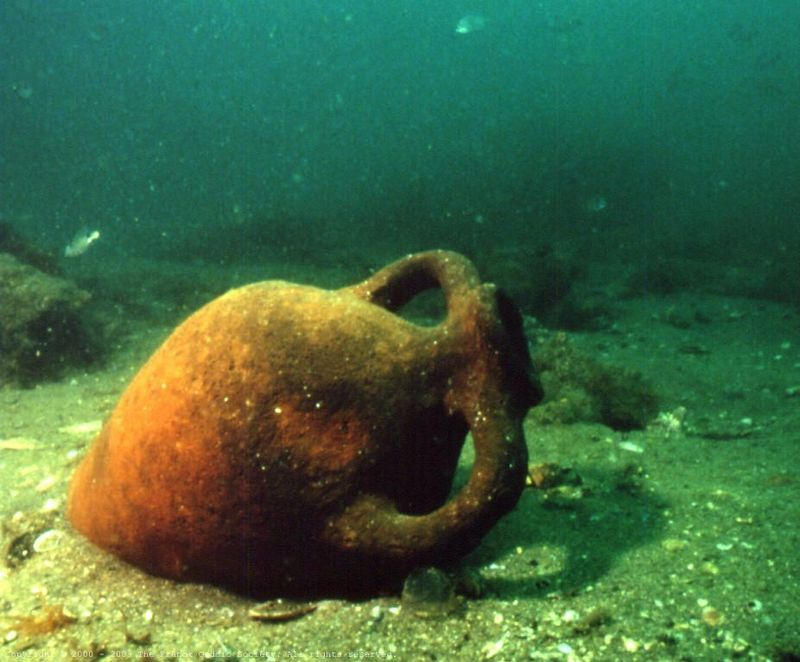 p) I dig around and find many amphorae. One of them was inhabited by an octopus.