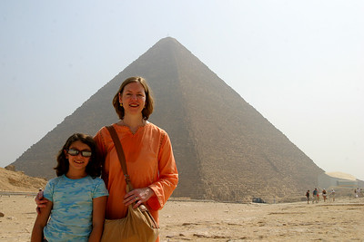 Anisa and LInda in front of the Giza pyramid