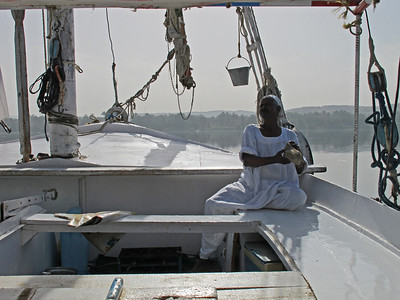 Now we travel with Abdullah and his Felucca from Aswan to Edfu, which is close to Luxor. Hamani is doing the cooking and cleaning.