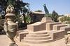 003  Caïro - Modern bronzen beeld en vaas trapleuning