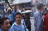 005  Caïro - Meisje met brood op hoofd loopt tussen scholieren door