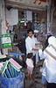 004  Caïro - Moslimvrouw rekent af bij stalletje