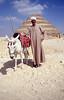 016  Man met ezel poseert voor piramide van Djoser