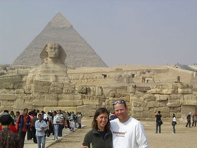 Caleb and Tanya infront of the Sphinx and Khafren´s pyramid.