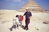 017  Man met ezel poseert voor piramide van Djoser