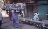 006  Caïro - Man met dekens op hoofd wandelt op straat