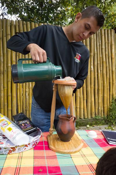Giovanni haciendo cafe chorreado
