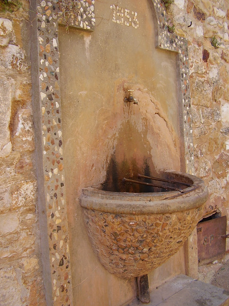 A fountain in Roussillon dated 1953.