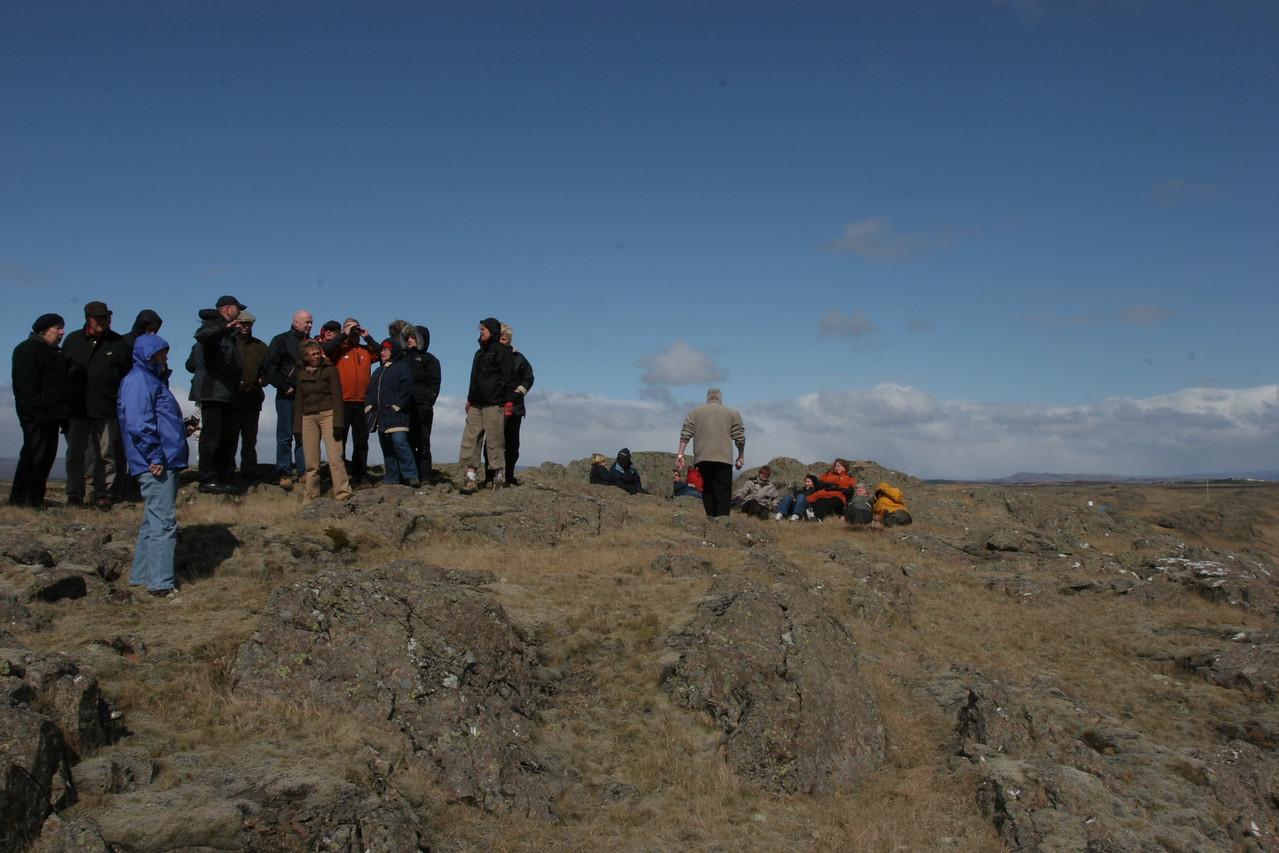 Hópurinn að virða fyrir sér útsýnið, rétt við Skiphól og Krumskeldu