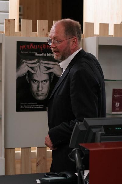 Ragnar Kjartansson að útskýra starfsemi Landnámsseturs