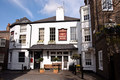 Chef Jamie Oliver used to live a couple of doors away from this popular pub.