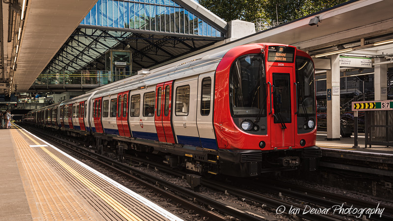 District Line train to Richmond at Earl's Court Underground Station