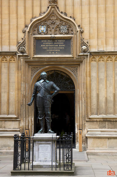 Oxford University. One of the statues amongst the colleges of the university in Oxford. This is the entrance to one of the libraries (sign is written in latin).<br /> IMG_3989