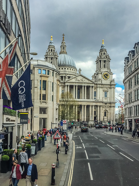 Approaching St. Paul's Cathedral.