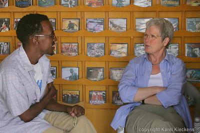 12 Mekele  Aman en Rose in zijn shop