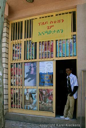 08 Mekele  Aman in zijn shop